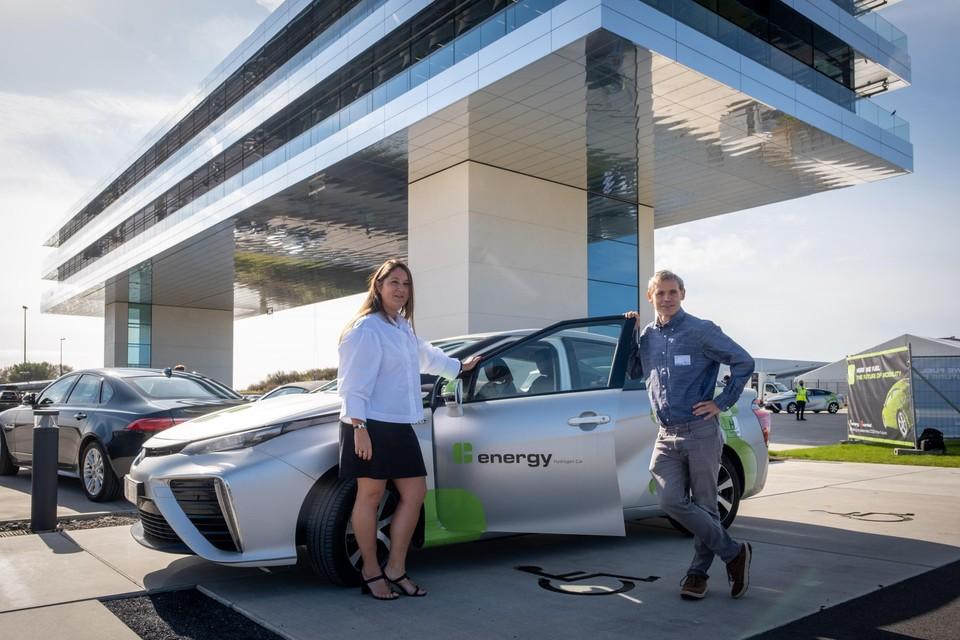 Laurence Gacoin en Frederik Loeckx bij een waterstofauto van het bouwbedrijf Cordeel in Temse.