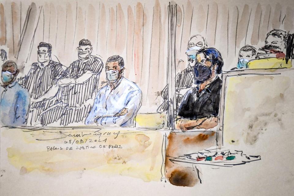 Mohamed Abrini (links) en Salah Abdeslam (rechts), met mondmasker, vandaag getekend in de rechtszaal