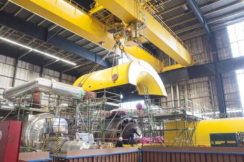 Het lichten van het turbinedeksel.