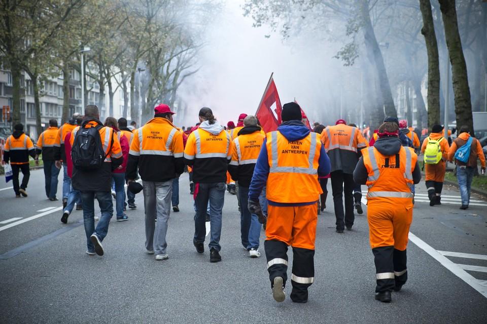 De dokwerkers komen op straat in 2014. Wordt het weer een warme lente, als Europa de havenarbeid liberaliseert?