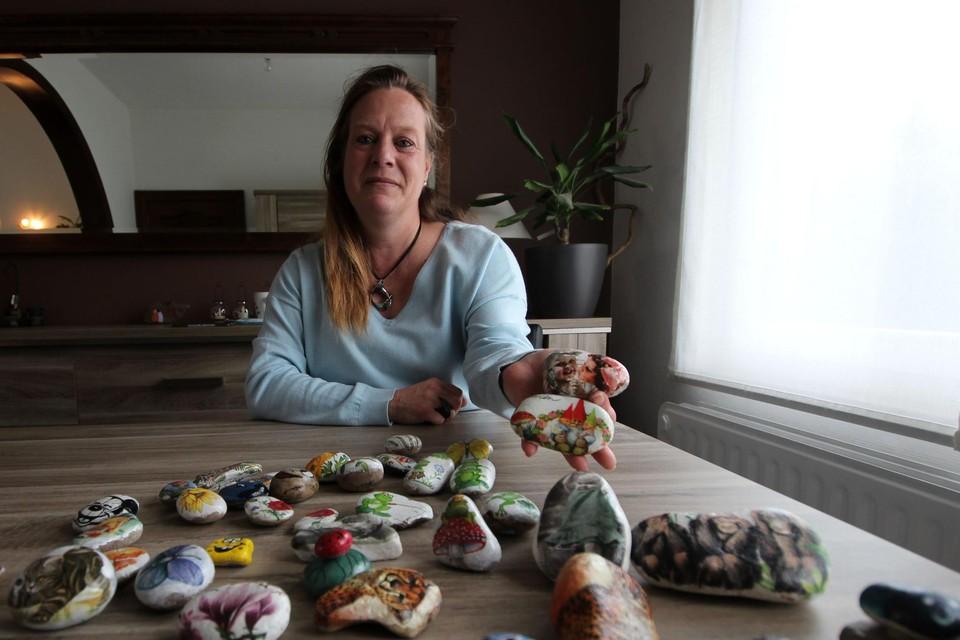 Nicole Ertmer toont enkele van de keien die ze eerder voor Kei Blij maakte.
