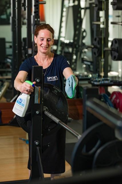 Christina ontsmet de fitnesstoestellen