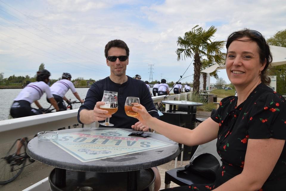 Wim en Ines klinken in beachbar De Rentenier