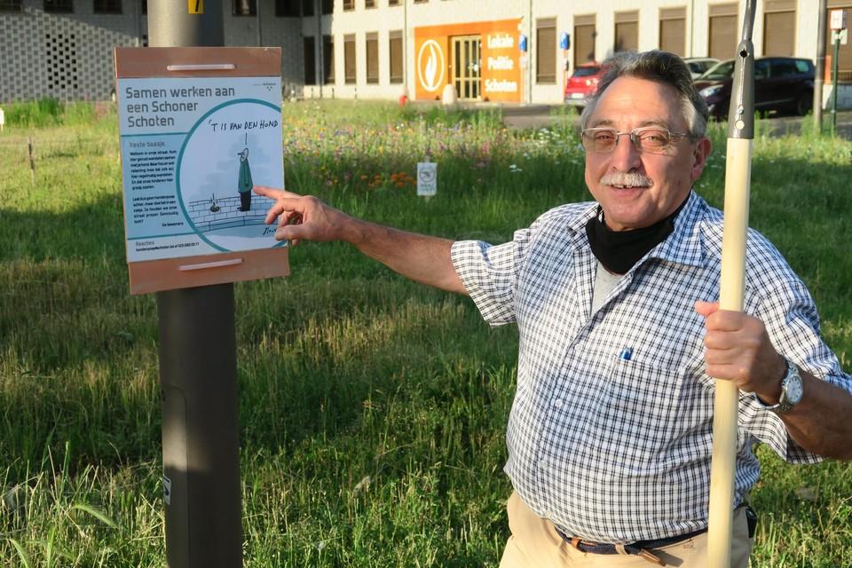 Bewoner Fons Bal probeert het Gaskelplein ook proper te houden en kreeg van de gemeente een affiche om daarbij te helpen.