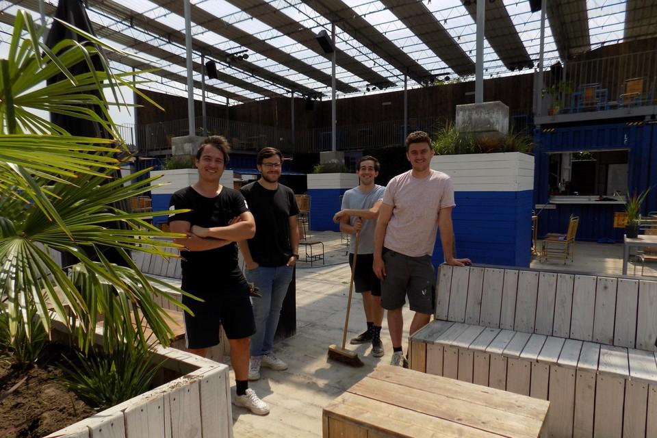 Steff Hesbeens, Philippe Boermans, Klaas Michielsen en Mathias Baeten tijdens de voorbereidingen voor zomerbar Bar5 in Beerse vorig jaar.