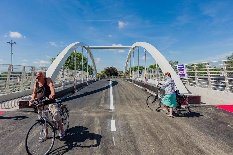 De eerste fietsers rijden nog even over de nieuwe Ronaldobrug. Vanaf nu hebben ze een veilig fietspad naast het brugdek.