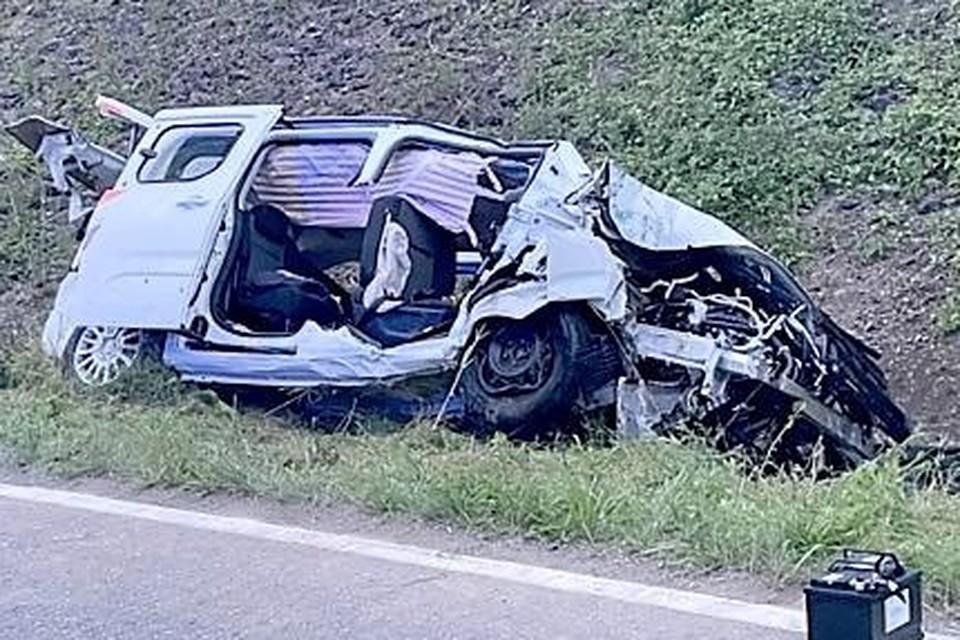De minivan van de Willebroekse jongeren werd tot schroot herleid.