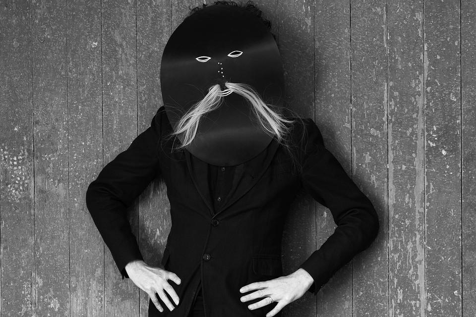 In zijn werk presenteert Nikolaas Demoen zich dikwijls als de centrale figuur, al dan niet verstopt achter een masker.