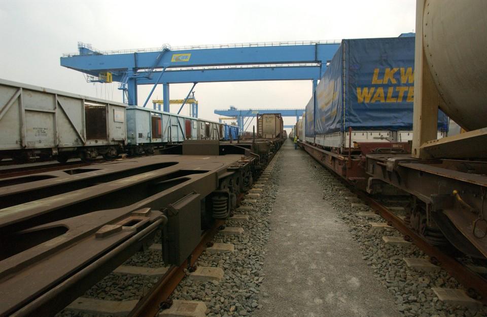 Sporen in de Antwerpse haven. Een volledige elektrificatie van de sporen is volgens Infrabel niet mogelijk, omdat de bovenleidingen in de weg zouden staan voor de portaalkranen.