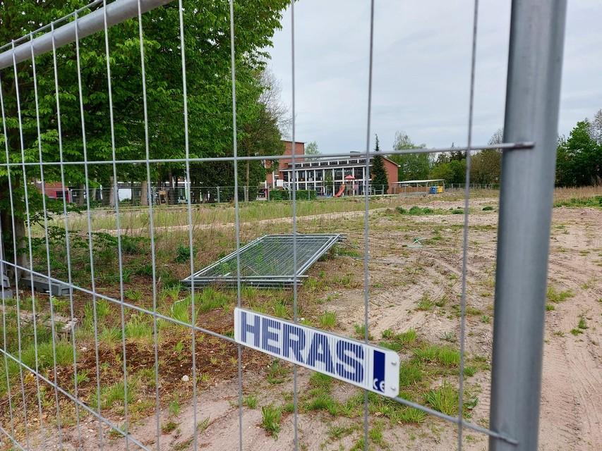 De vroegere basisschool is afgebroken. Projectontwikkelaar Ultrium wil er vanaf augustus 110 luxeappartementen optrekken.