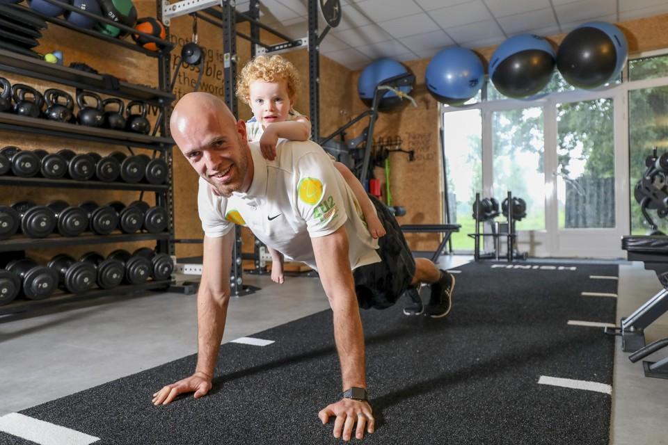"""""""Na de geboorte van ons dochtertje Roxanne had ik plots veel minder tijd om zelf te sporten"""", zegt personal coach Tobias Maerien."""