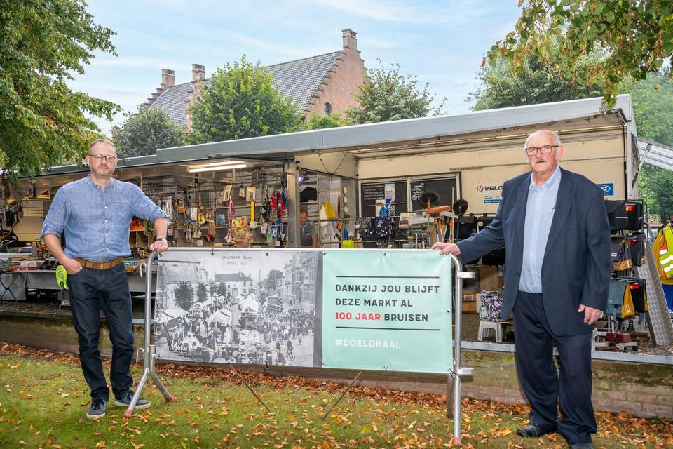 Burgemeester Dimitri Van Laere samen met schepen Van Gheem op de honderdste verjaardag van de woensdagmarkt.