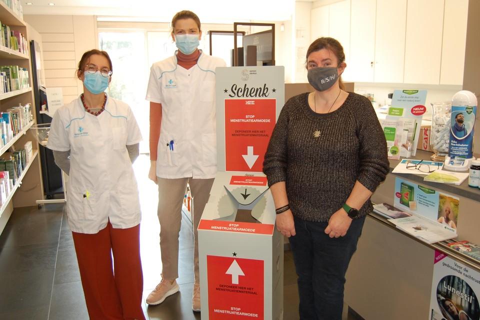 Katrien en Sara van apotheek Blindeman samen met Veronique Cathoir aan een van de inzamelboxen.