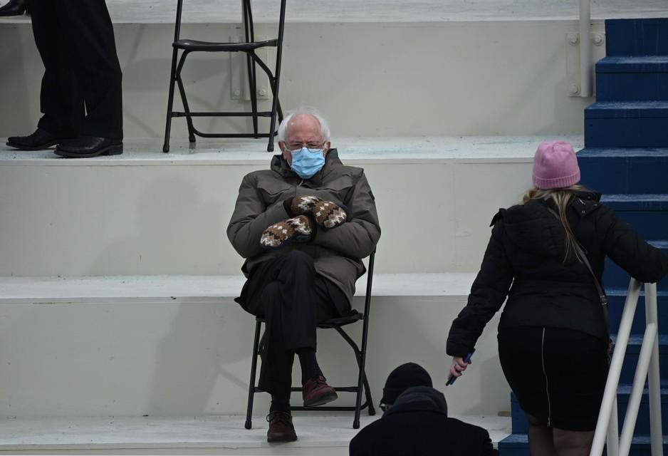 De originele foto. Op de tribune werd veel plaats gelaten tussen de gasten door de coronamaatregelen.