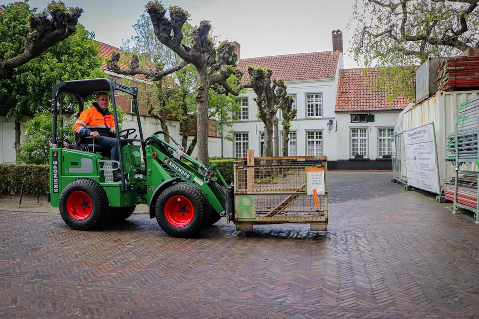 De Knikmops KM 140 E aan het werk in het begijnhof van Hoogstraten.