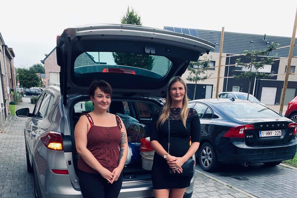 Claudia Herie en Caro Deckers laden een volgende lading in om naar Wallonië te brengen.