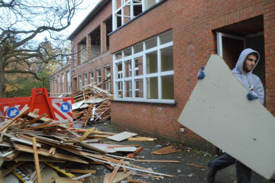 De oude Martinusschool wordt gestript. Tegen Kerstmis moeten de gebouwen helemaal weg zijn.