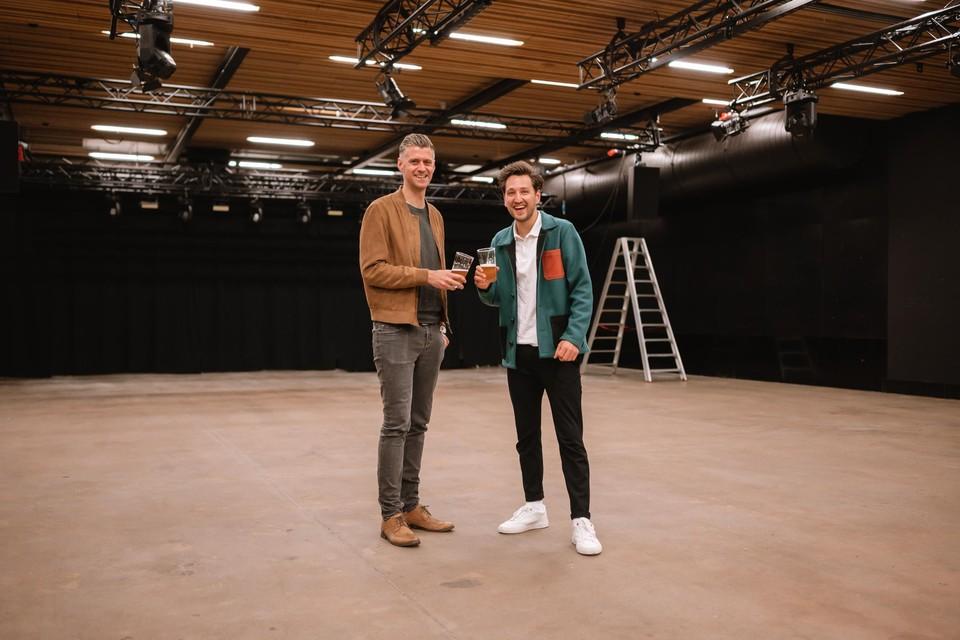 Michaël Cordie en Raphaël Van Reusel staan in een nog lege zaal Futur in Turnhout. Ze kleden tegen vrijdag de zaal helemaal in voor het afterwork evenement Club Après.