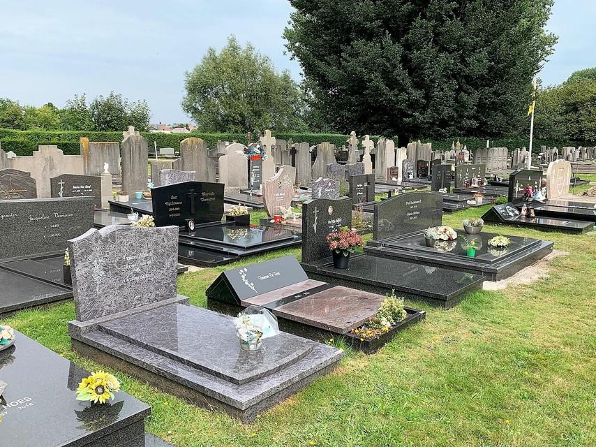 Op het kerkhof is een dertigtal graven beschadigd.
