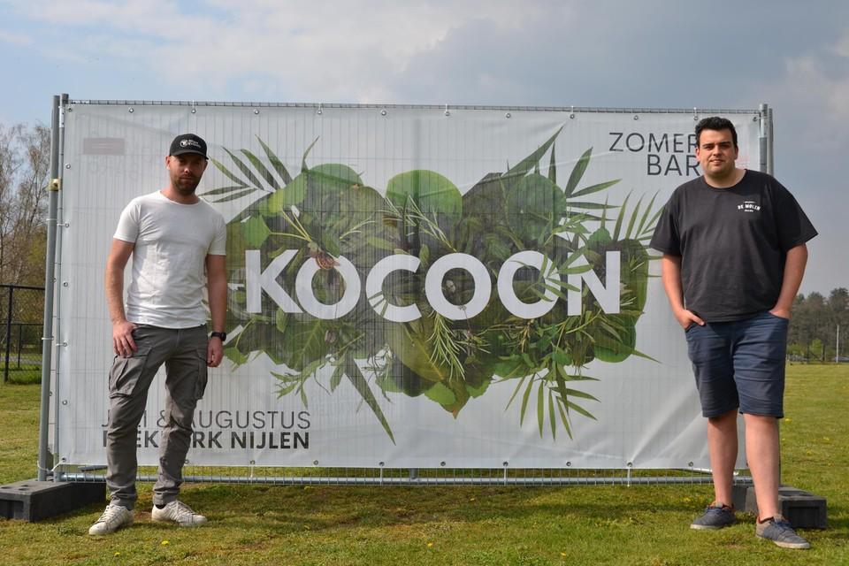 Stef Roevens (l) en Dries Everearts in het Beekpark bij hun banner.