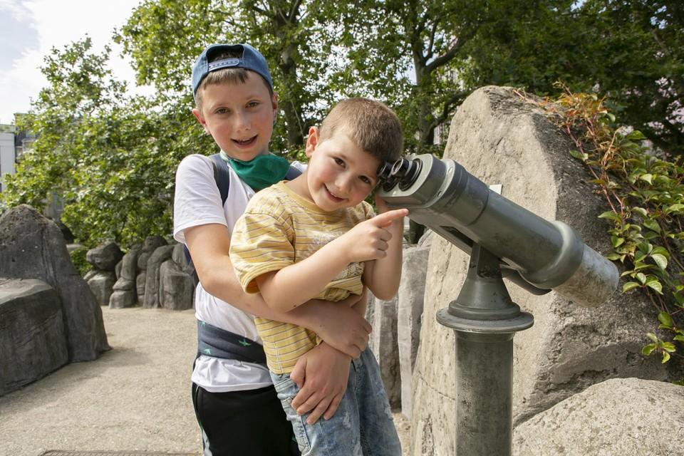 Merlijn en Tijl op zoek naar een glimp van de jonge dieren.