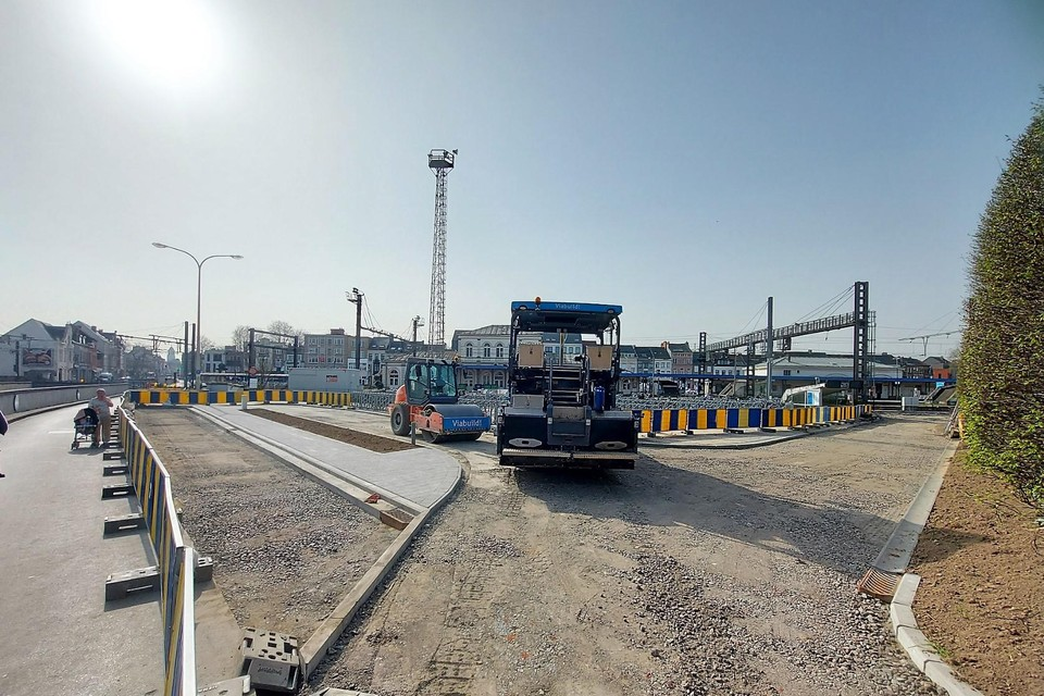 De asfaltmachine staat klaar tussen de autotunnel en de treinsporen.