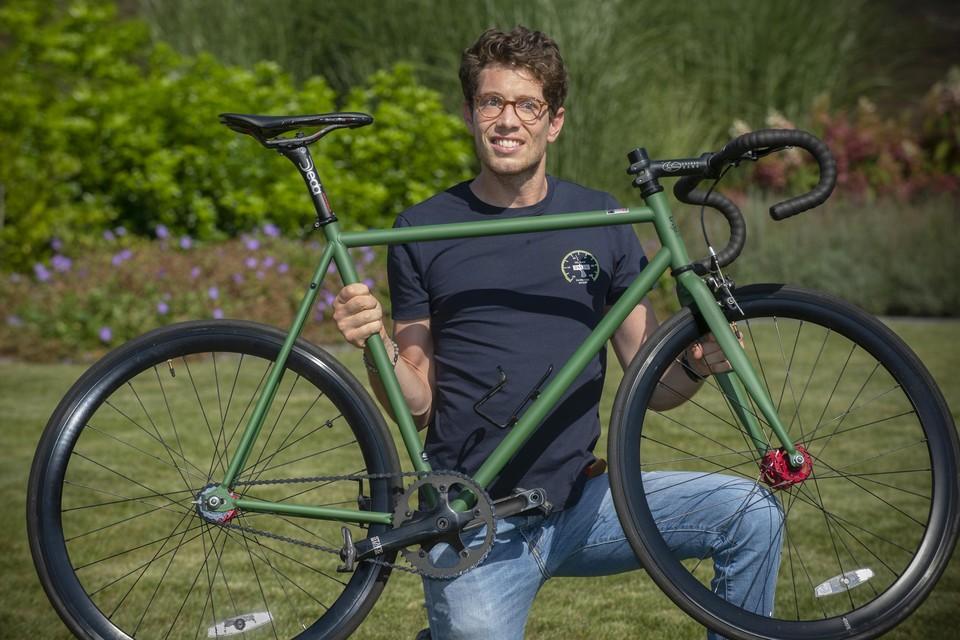 Stig Broeckx is klaar om zaterdag 30 kilometer te rijden met zijn racefiets.