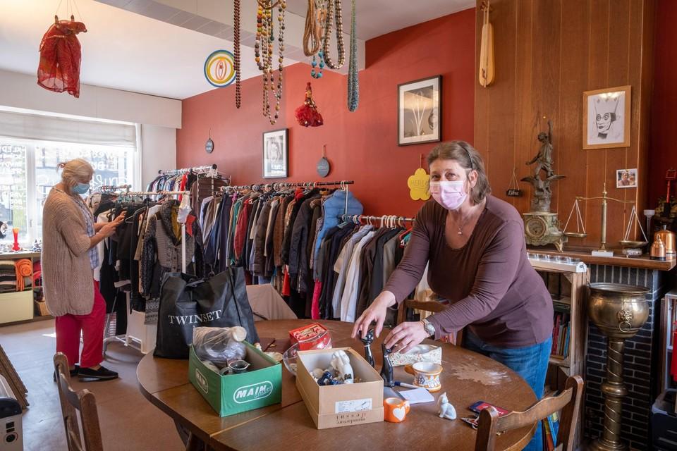 Elga Wauters aan het werk in de winkel.