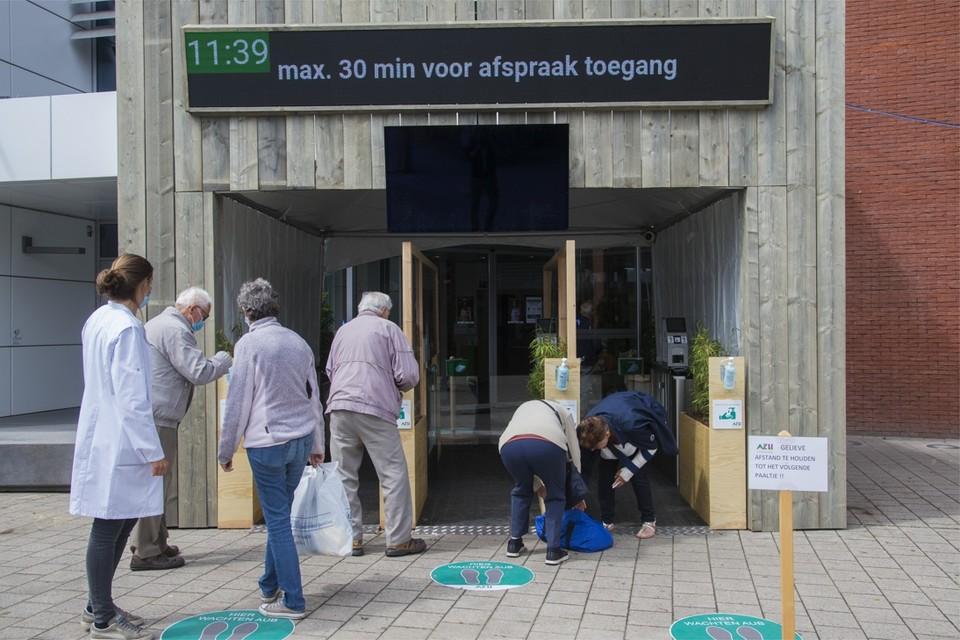 Vanaf maandag 8 juni is er weer beperkt bezoek toegelaten bij alle opgenomen patiënten die in het AZ Herentals niet in quarantaine liggen. Al zijn er heel wat zaken veranderd in vergelijking met pre-coronatijden.