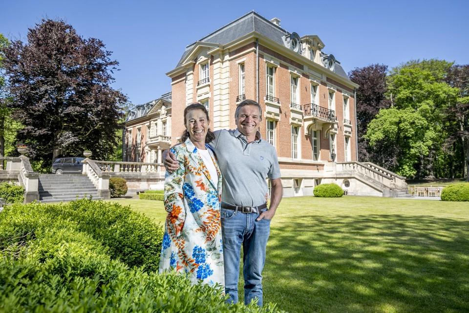 Andrée en Erwin Beerens in de tuin waar ze talloze uren doorbrengen.