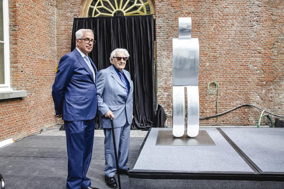 Kunstenaar Paul Van Hoeydonck samen met Patrick Declerck van WM Gallery tijdens de inhuldiging van het beeld.