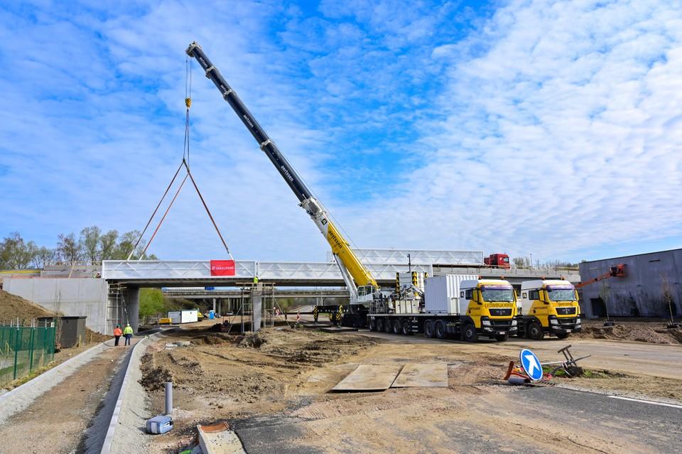 Met een mobiele kraan van 400 ton konden de brugdelen van elk 25 ton op hun plaats gehesen worden.