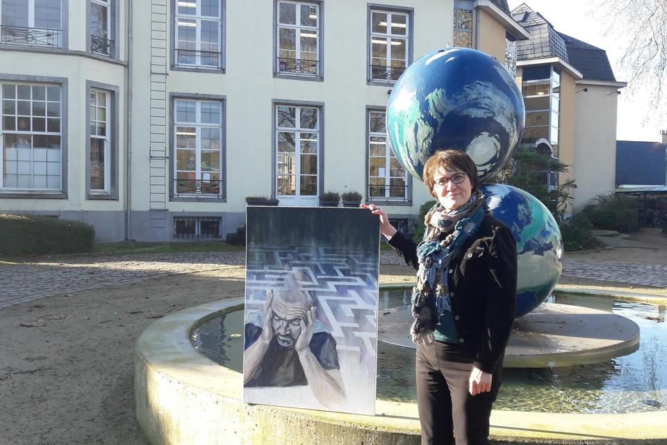 Danielle Sysmans toont aan de academie in Kontich, waar ze les volgt, met trots het schilderij waarmee ze een Europese onderscheiding won.