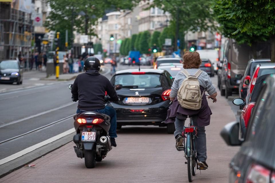 Een fietser op de Turnhoutsebaan. Omdat er geen fietspad ligt, is de straat erg gevaarlijk voor fietsers.