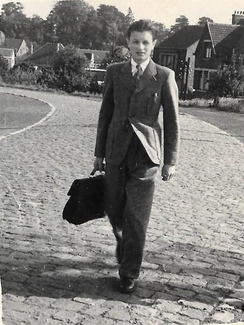 Johnny Ronaldo wandelt als jonge gast de Stationsberg op. De foto werd kort na WOII genomen.
