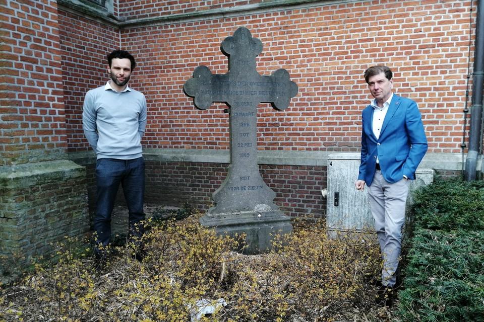 Burgemeesters Jurgen Callaerts (Rumst) en Jeroen Baert (Boom) bij het historische arduinen kruis.