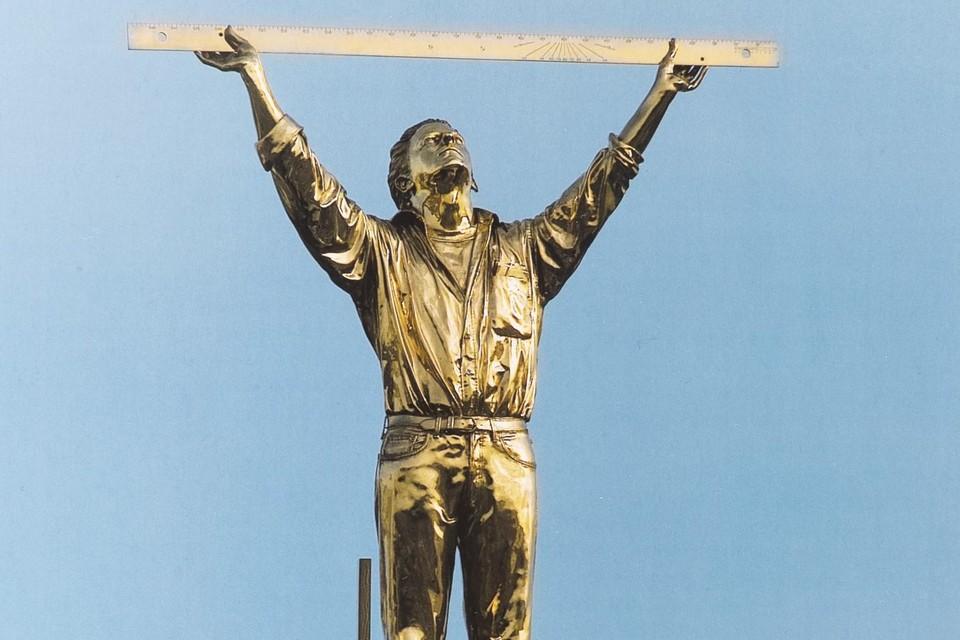 'Man die de wolken meet' uit 1998 groeide snel uit tot een iconisch beeld. Jan Fabre zag zijn creatie het liefst op een dak staan.