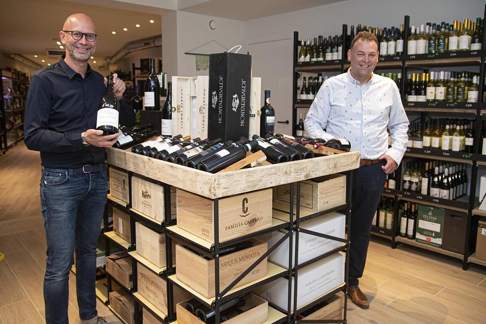 Uitbater Sander Koot (links) en zaakvoerder Frank Jacobs in de nieuwe winkel.