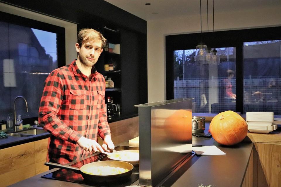 Nick Diddens aan de slag in zijn keuken.