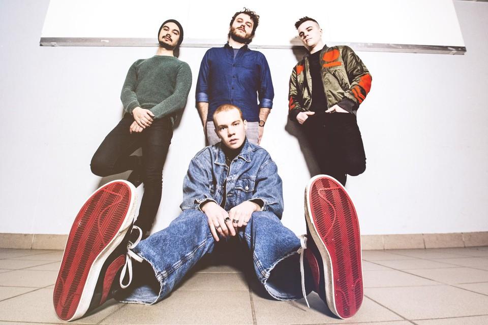 Saran, Pieter-Jan, Seppe en Tuur (zittend) zijn de muzikale vrienden van Bad Koda.