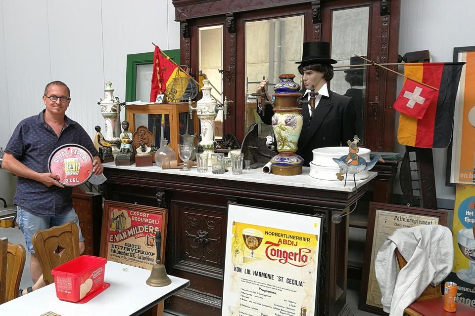 Ludo Helsen hangt even aan de oude Geelse toog die in juli weer echt dienst doet in zijn Brouwerijmuseum.