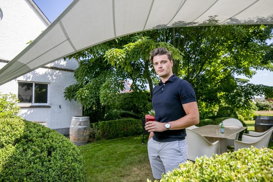 Guylian Menten in de tuin van Le Notariat, met een cocktail op basis van vlierbloesemgin in de hand.