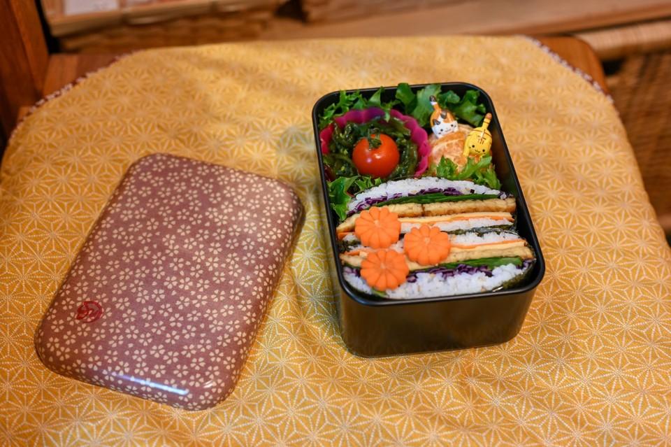 De bento-box met onigirazu.