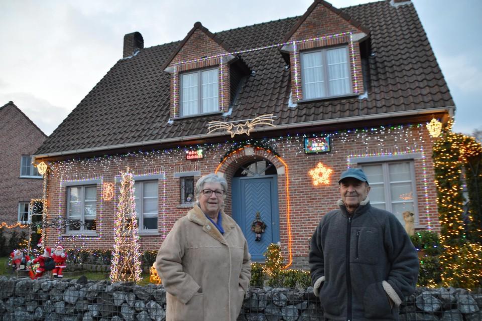 Merry christmas boven Ida links van de deur en feliz navidad rechts van de deur boven Angel.