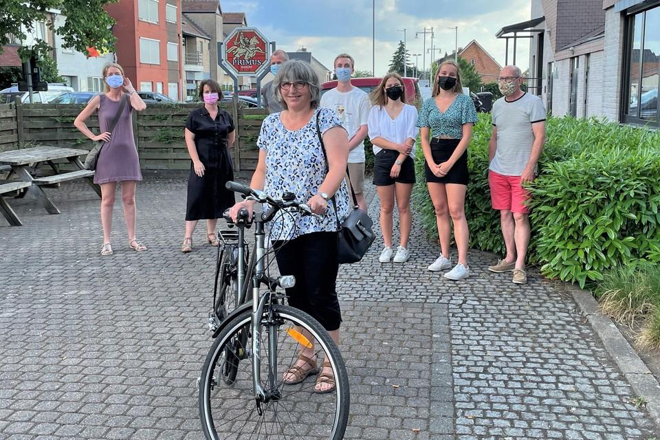 Alexandra Van den Bosch wint een fiets met de in Heist-op-den-Berg hernieuwde actie 'Met belgerinkel naar de winkel'.