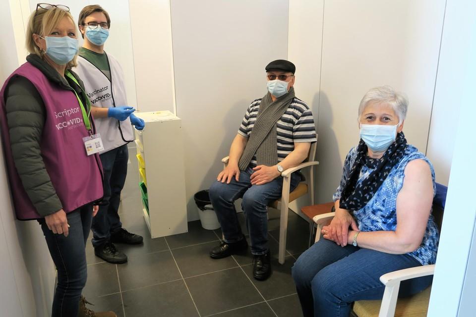 Jos Vanhoutte en Monique Vandenbulcke werden opgevangen door VacCoid Antwerpen-scriptor Ann Scheerlinck. Veerpleegkundige Simon gaf de prik.