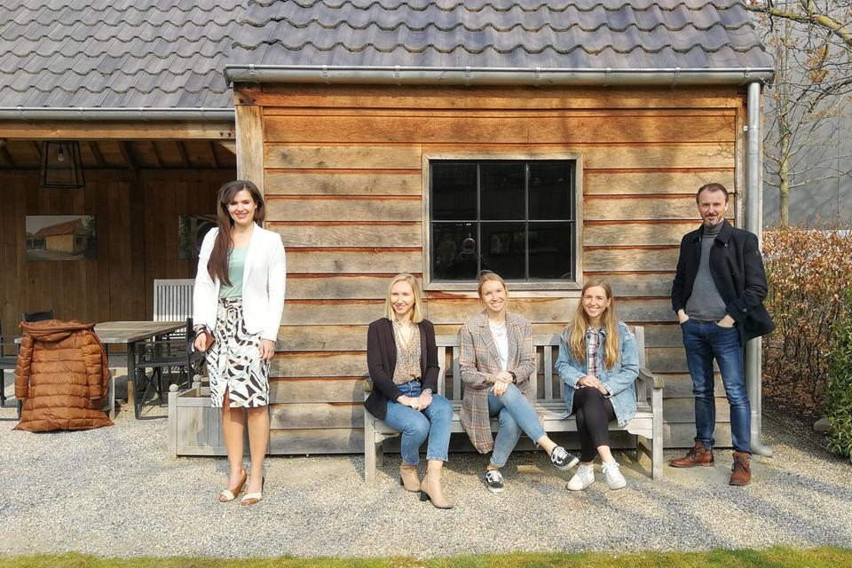 De zussen Claire, Florence en Marie Luyten (op de bank) van Houthandel Luyten in Morkhoven kregen woensdag retailcoach Steven Bollé met schepen Yoleen Van Camp op bezoek.