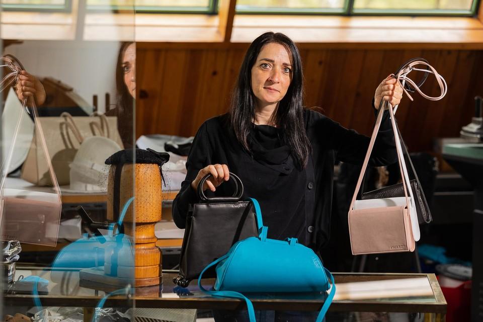 Els Van den Berghen ontwerpt samen met haar moeder Wies Dehert handtassen en hoeden.
