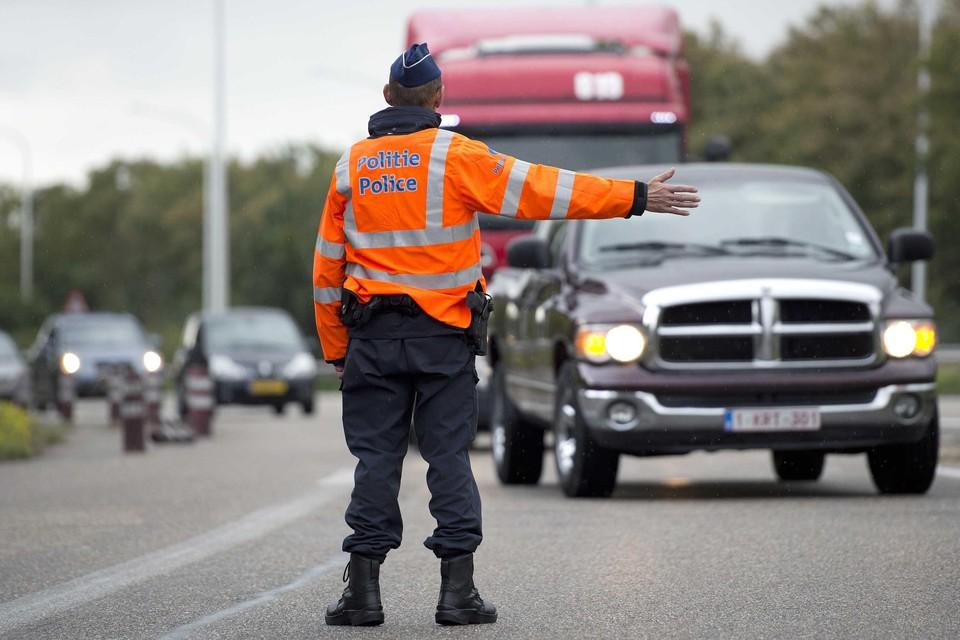De controles aan de landsgrenzen zijn gestopt. Voortaan komt de politie terugkerende reizigers thuis controleren.