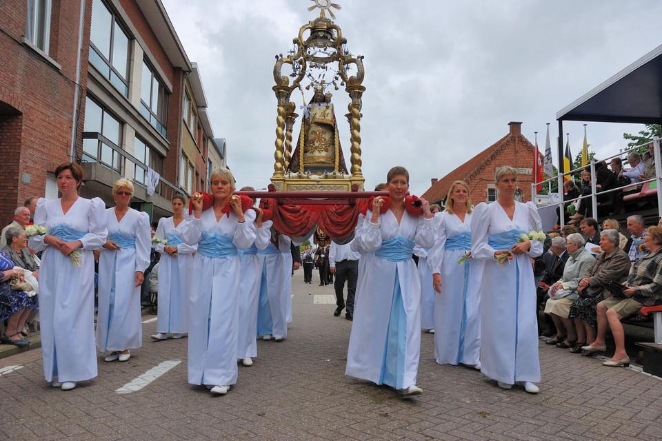 Het Mariabeeld gaat voortaan voorop in de ommegang, dat traditioneel gedragen wordt door acht vrouwen.